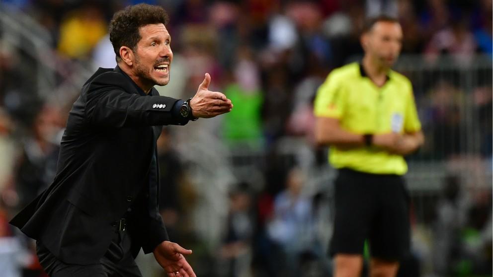El Cholo Simeone da instrucciones durante el Barcelona – Atlético de Madrid de la Supercopa de España. (AFP)