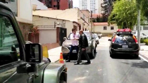 Carlos Moreno en el momento en que OKDIARIO lo ha abordado antes de que entrara a su apartamento.