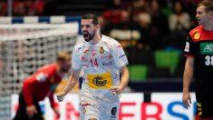 Ferrán Solé celebra un gol de los Hispanos durante el España – Alemania del Europeo de balonmano 2020. (AFP)