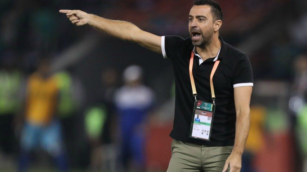 Xavi Hernández da órdenes durante un partido. (AFP)