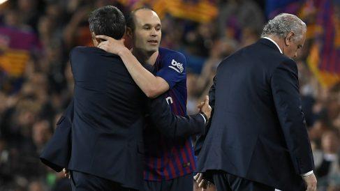 Iniesta y Valverde se saludan en un partido del Barcelona. (AFP)