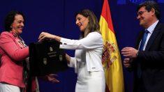 Magdalena Valerio cediendo su cartera a Yolanda Díaz (Unidas Podemos). (Foto. EFE)