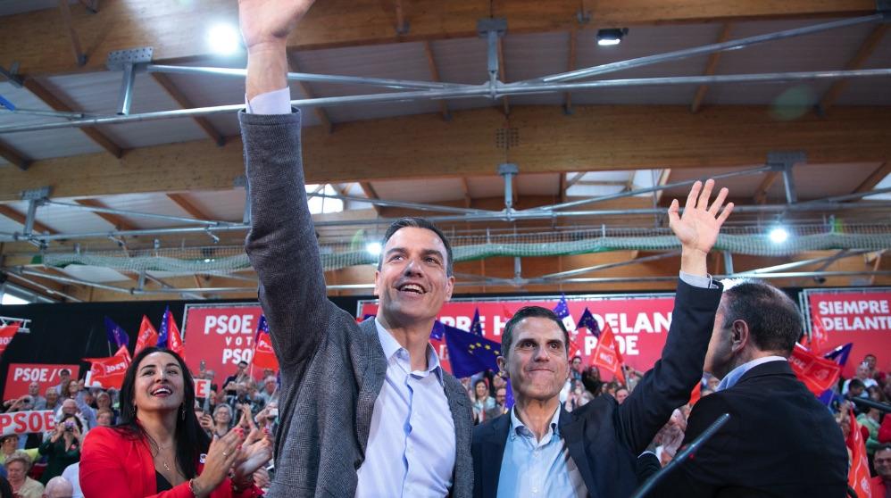 Pedro Sánchez junto al alcalde de Alcalá, Javier Rodríguez Palacios. (Foto. PSOE)