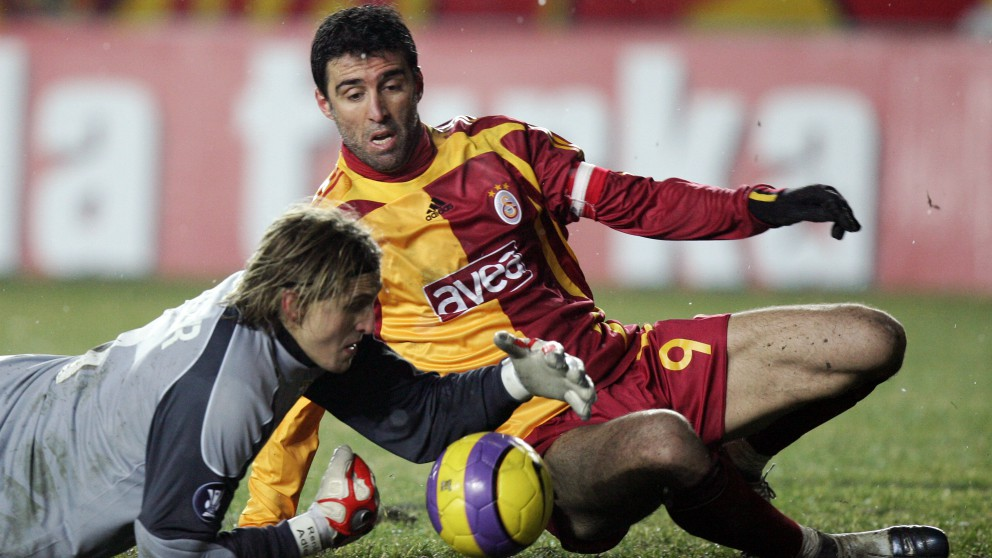 Hakan Sukur, durante un partido con el Galatasaray. (AFP)