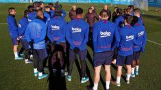 Valverde da una charla a sus jugadores en el entrenamiento del lunes. (FCBarcelona)