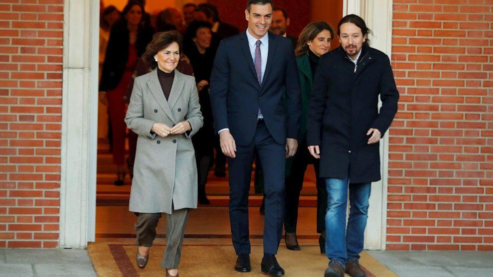 Pedro Sánchez, Pablo Iglesias y Carmen Calvo frente al Consejo de Ministros. Manuel Castells, Ministro de Universidades.