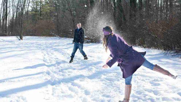 Jugando con la nieve en familia