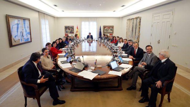 Sánchez y sus 22 ministros posan en Moncloa antes del primer Consejo del Gobierno socialcomunista