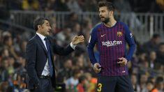 Valverde da instrucciones a Piqué durante un partido con el Barcelona. (AFP)