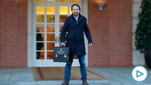 Pablo Iglesias posa como vicepresidente ante los medios antes de su primer Consejo de Ministros. (Foto: Francisco Toledo)