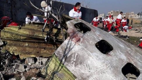 Restos del avión Boeing 737 de Ukranian International Airlines siniestrado. Foto: EFE