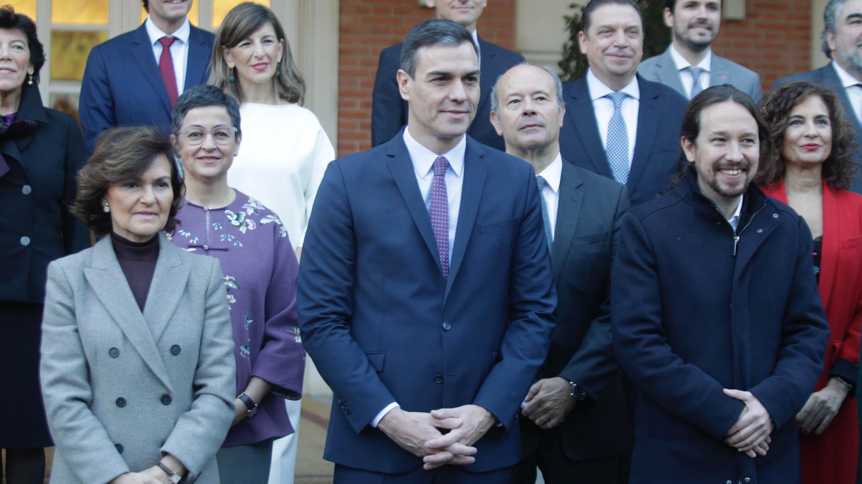 Pedro Sánchez con los vicepresidentes Carmen Calvo y Pablo Iglesias y el resto de ministros (Foto: Francisco Toledo).