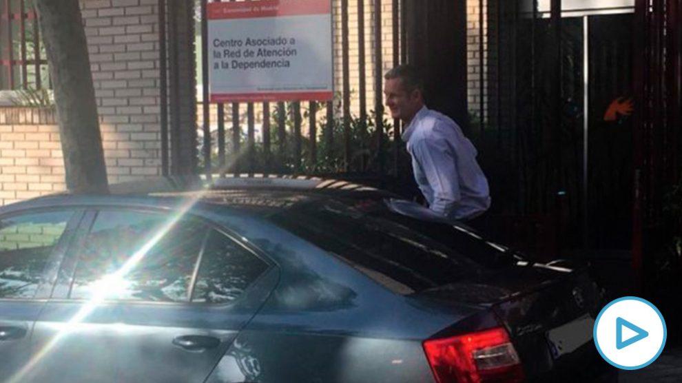 Iñaki Urdangarin llegando al centro. (Foto. OKDIARIO)