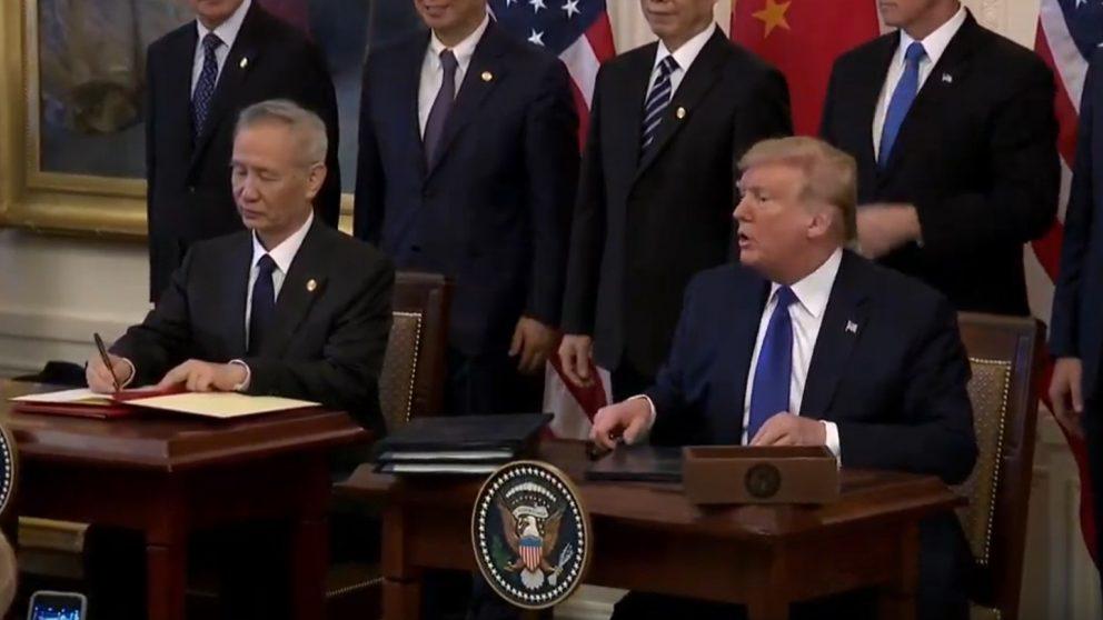 Firma de la 'Fase 1' del acuerdo comercial entre Estados Unidos y China. En la foto, el presidente de Estados Unidos, Donald Trump, y el vice primer ministro chino, Liu He.