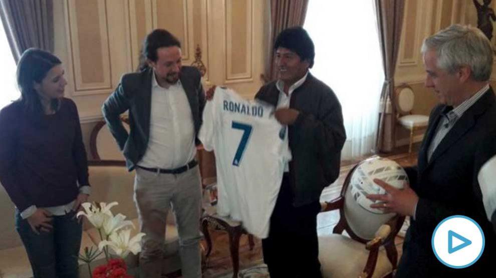 Pablo Iglesias e Irene Montero le regalan una camiseta del Real Madrid a Evo Morales.