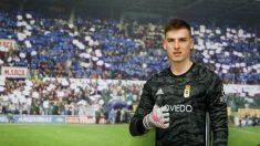 Andriy Lunin posa con la camiseta del Real Oviedo. (Real Oviedo)