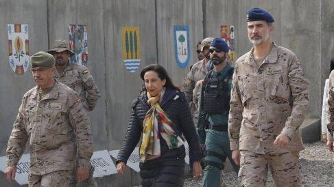 El ex JEMAD Fernando Alejandre, Margarita Robles y el Rey Felipe VI durante una visita a Irak.