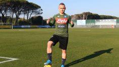 Stanislav Lobotka posa con la camiseta del Nápoles. (@@sscnapoliES)