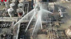 Tareas de extinción en la planta petroquímica de Tarragona.
