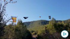 Un comando españolista retira símbolos separatistas de un cable de alto voltaje.