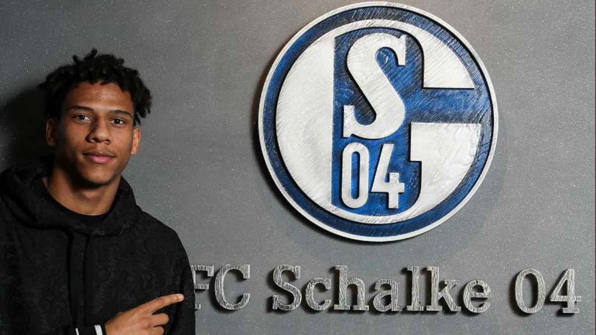 Jean-Clear Todibo posa como nuevo jugador del Schalke tras dejar el Barcelona (Schalke04.com).
