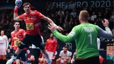 Viran Morros intenta batir a Mrkva en el partido de los Hispanos ante la República Checa. (AFP)
