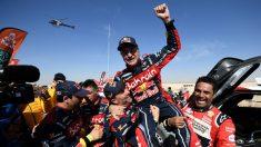 Carlos Sainz, sacado a hombros por sus rivales tras ganar el Dakar. (AFP)