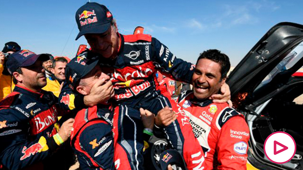 Carlos Sainz celebra su triunfo en Arabia Saudí. (AFP)