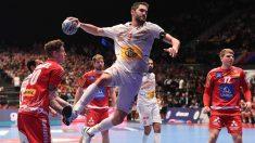 Raúl Entrerríos tira a puerta en la victoria de los Hispanos ante Austria en la Main Round del Europeo de balonmano 2020. (AFP)