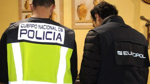 Un agente de la Policía Nacional junto a otro de la Europol. Foto: EP