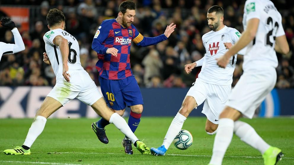 Germán comete falta sobre Messi en el Barcelona – Granada. (AFP)