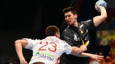 Álex Dujshebaev dispara a puerta en el partido de los Hispanos contra Bielorrusia. (AFP)