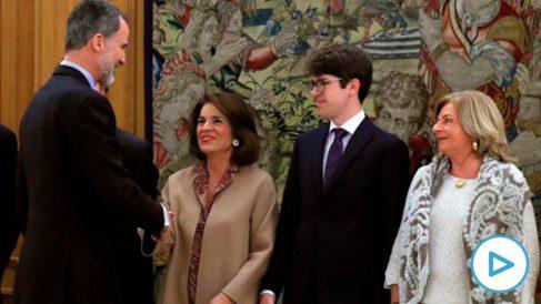 Felipe VI saluda a la ex alcaldesa de Madrid Ana Botella en presencia de Javier y Consuelo, hijo y hermana del edil asesinado por ETA Gregorio Ordóñez. (Efe)