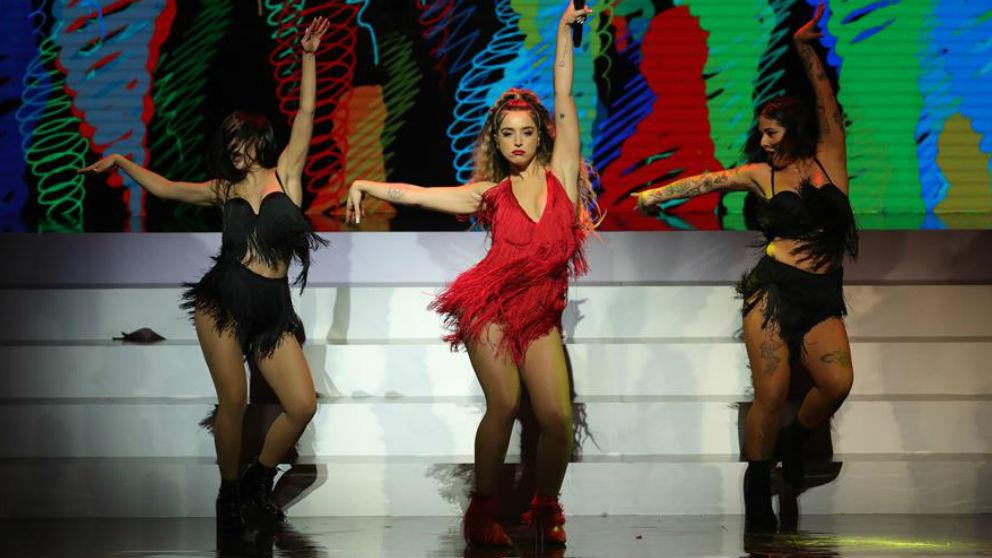 Lola Índigo durante su actuación ebn los Premios Odeón. (Efe)
