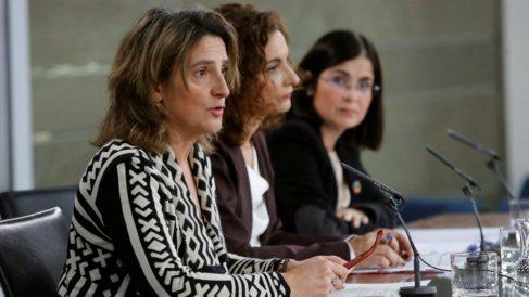 La vicepresidenta de Transición Ecológica, Teresa Ribera, junto a las ministras María Jesús Montero y Carolina Darias