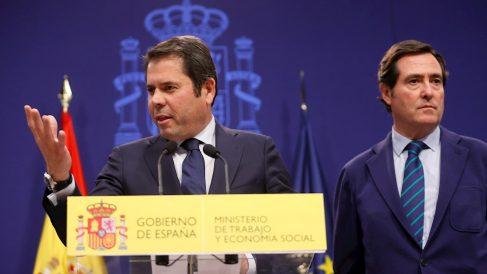 El presidente de CEOE, Antonio Garamendi, escuchando al de CEPYME, Gerardo Cuerva (EFE).