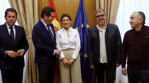 La ministra de Trabajo, Yolanda Díaz, junto a los dirigentes de CEOE y CEPYME y de UGT y CCOO.