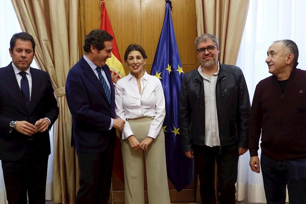 El Gobierno plantea a CEOE y sindicatos prorrogar los ERTE sólo hasta finales de mayo