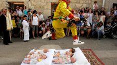 Saltar sobre bebés es una de las fiestas más curiosas de nuestro país