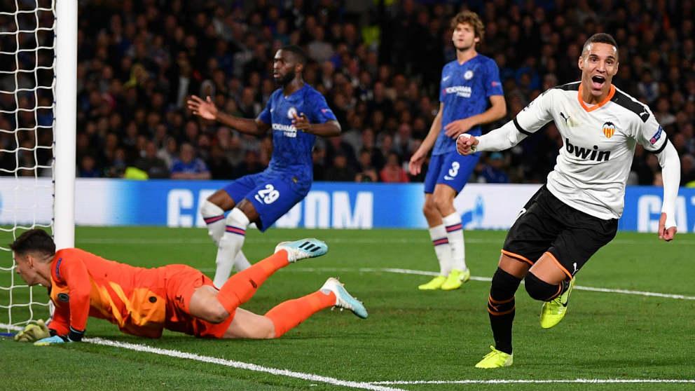 Rodrigo celebra un gol con el Valencia en Stamford Bridge. (AFP)