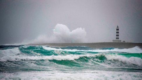 Vista del oleaje con el faro de isla del Aire al fondo causado por la borrasca Gloria. Foto: EP