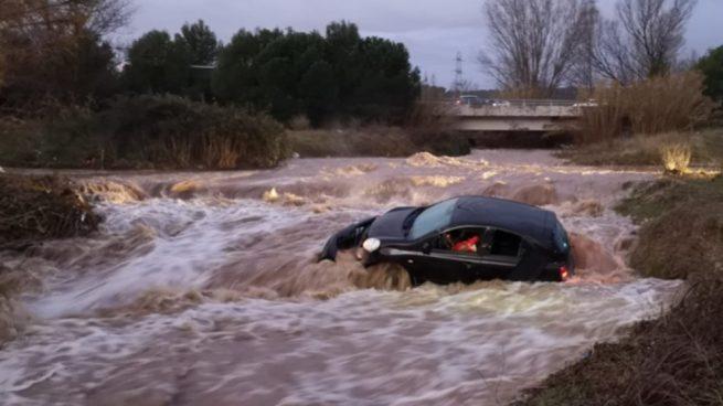 acebook: La fuerza del agua arrastra un coche que quería cruzar un barranco