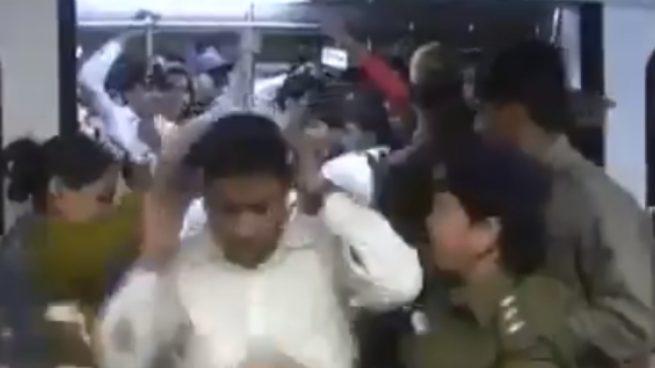 Facebook: Sacan a los hombres a golpes de un tren para mujeres