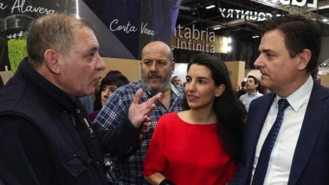 Rocío Monasterio intentando visitar el estando de País Vasco en Fitur.