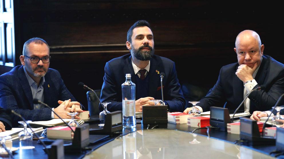 El presidente del Parlament, Roger Torrent (c), junto al vicepresidente primero Josep Costa (i), de JxCat, y el vicepresidente segundo, Joan García (d), de Ciudadanos. (Foto: Efe)