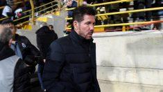 El entrenador del Atlético de Madrid, Diego Simeone, momentos antes del inicio del partido de Copa del Rey ante la Cultural que disputan esta noche ene en estadio Reino de León. (EFE)