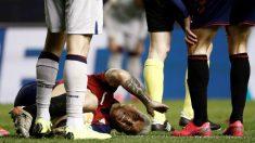 Chimy Ávila cae lesionado. (EFE)