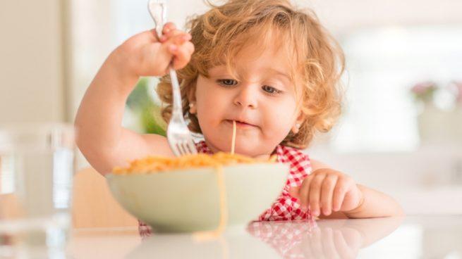 Cuándo debería un niño empezar a comer solo