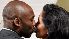 Kobe Bryant junto a su mujer, Vanessa Bryant. (AFP)