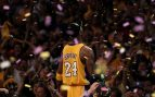 Kobe Bryant, celebrando un anillo (Getty).